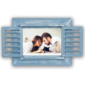 Original marco de madera de color azul con ventanas que se abren y se cierran.